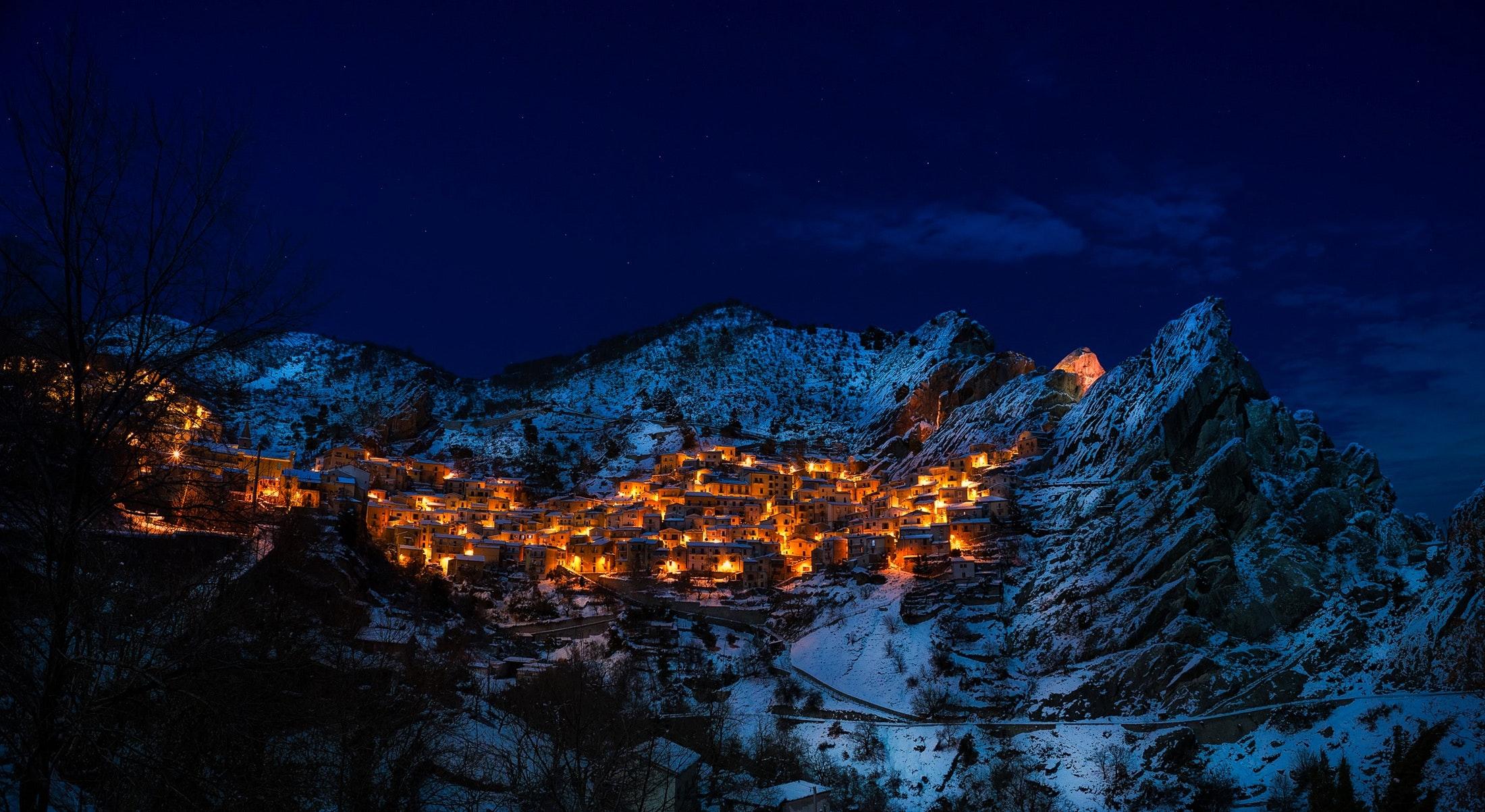 En sikker hvid jul i en skihytte med pejs i bjergene